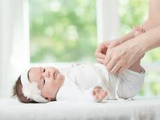 Trẻ đi tiểu nhiều lần nhưng ít