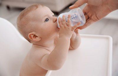 tại sao không cho trẻ sơ sinh uống nước